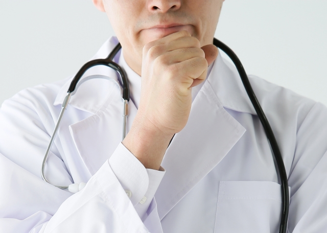 顎に手を添える男性医師