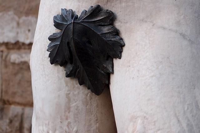 銅像の股間に葉っぱ