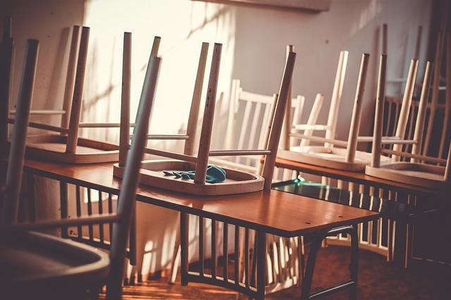 教室の机の上に椅子をのせる