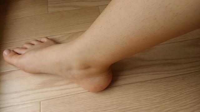 右足の毛が濃い女性