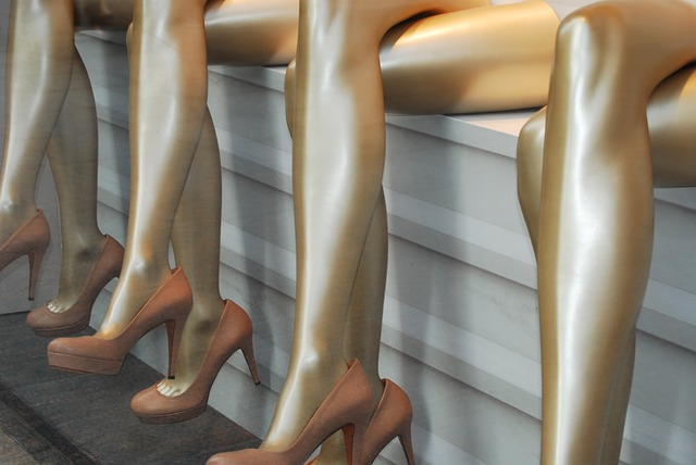 金色に塗られた足を組んだ作り物が沢山