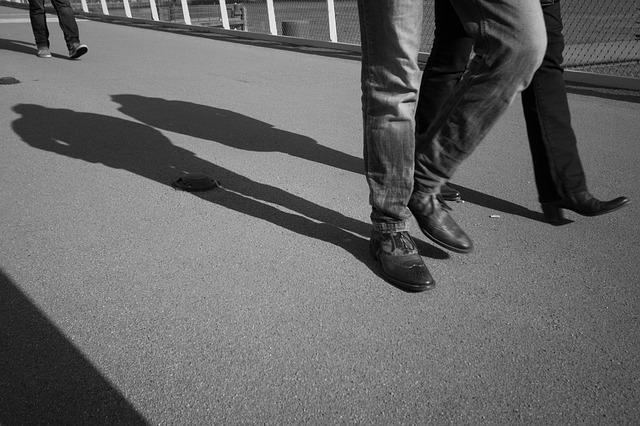 歩く二人組の影