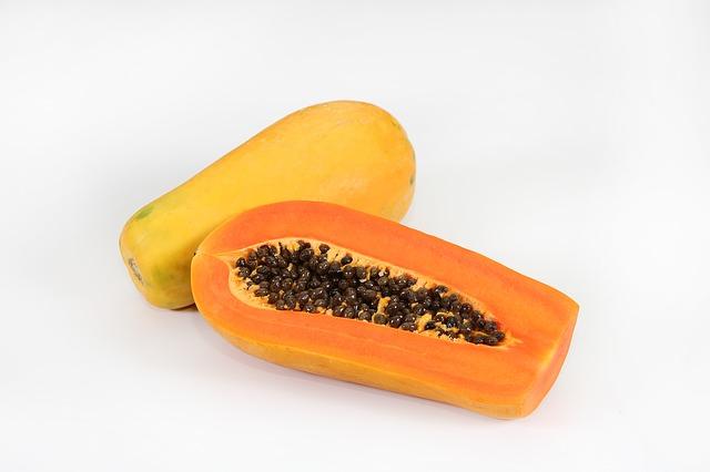 オレンジ色の種が入ったパパイヤ