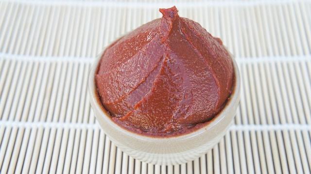 丸くて白い容器に入った赤い味噌