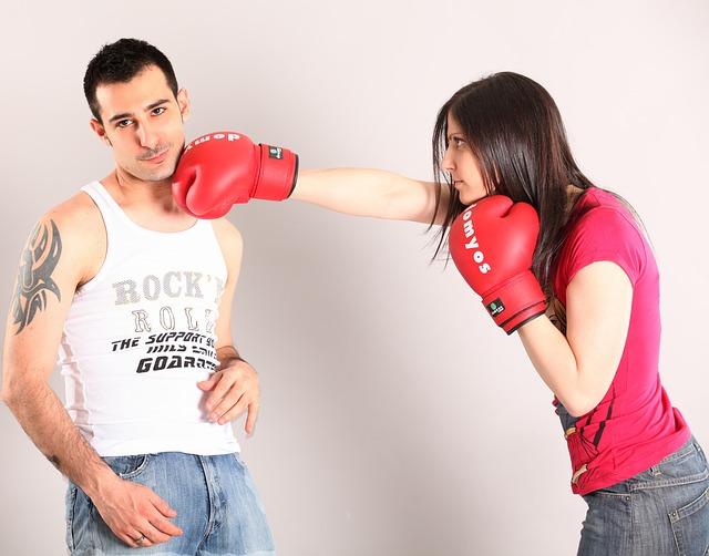 男性のあごを右手でパンチする女性