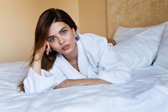 ベッドの上に不機嫌そうな女性