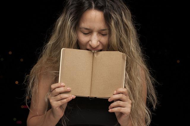 本をかじる女性