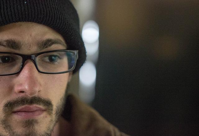 眼鏡と髭とニット帽を被っている男性
