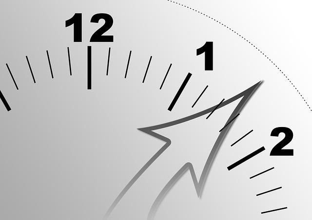 時計の針が12分あたりを指す