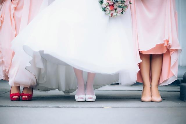 結婚式当日の三人の女性の足元