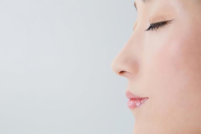 女性の横から見た鼻