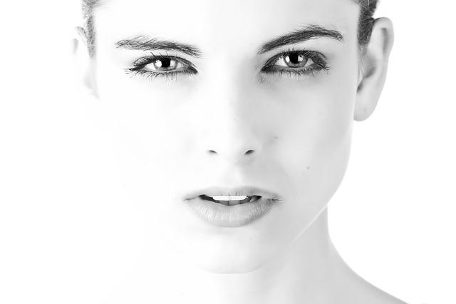 白黒写真の美しい女性