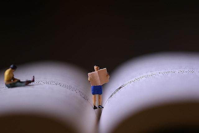 小さいミニチュアが本を読んでいる