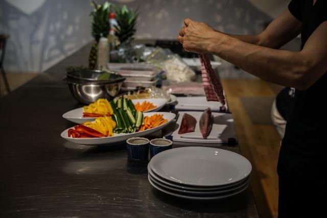 料理する男性の腕