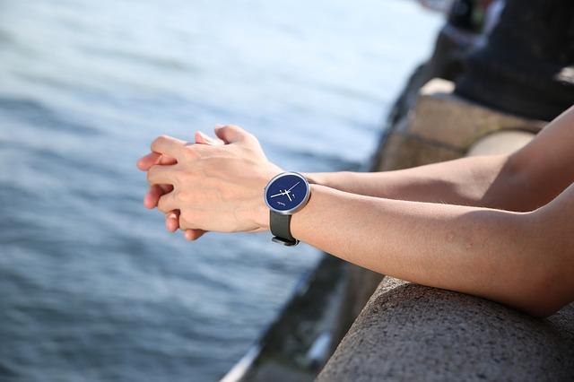 左腕に時計をつけている