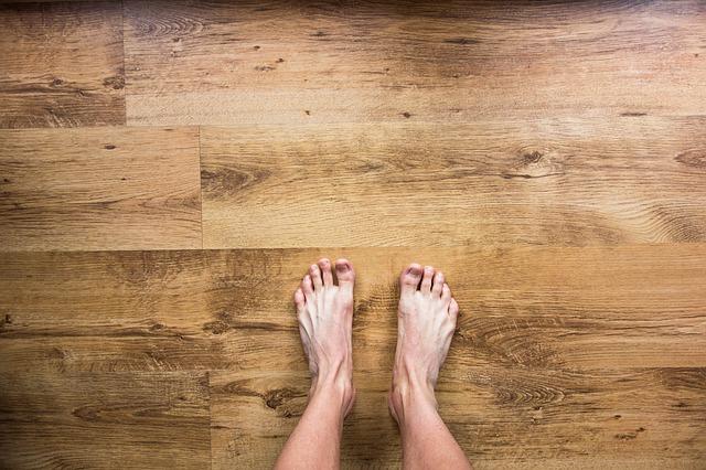 床の上に立つ