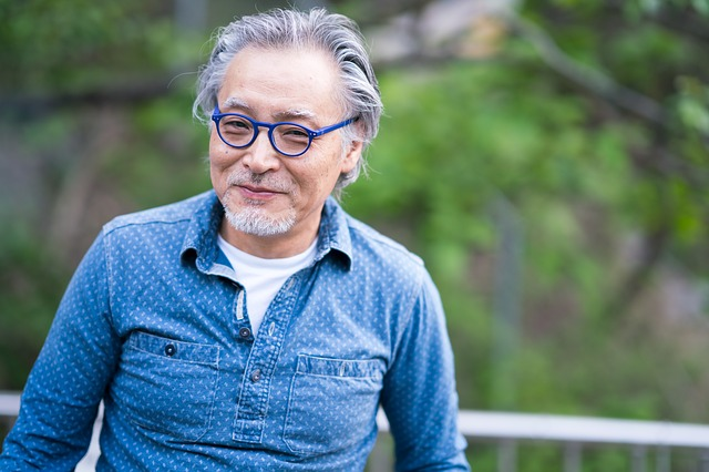 笑顔な眼鏡をかけた年配男性