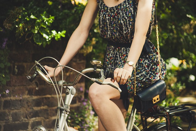 ノースリーブの自転車に乗った女性