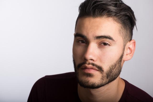 髭を生やしている男性