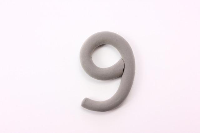 粘土で出来た数字の9