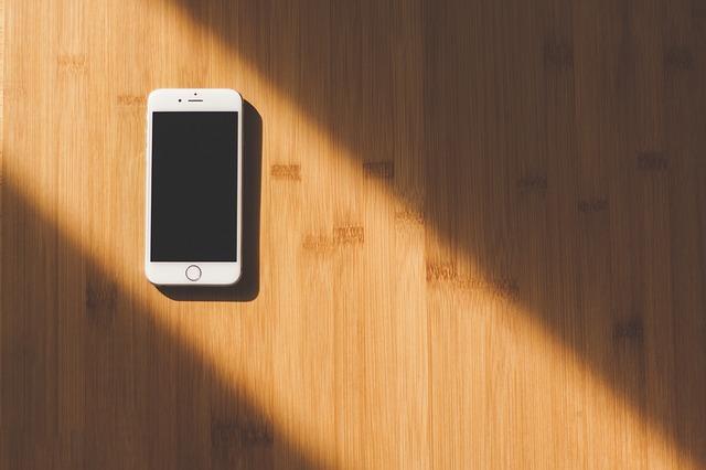 床にスマートフォン