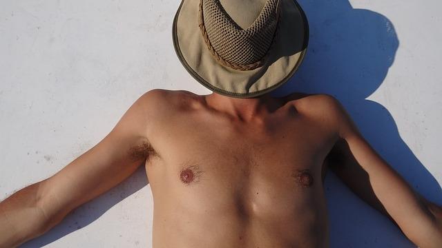 帽子を被って日焼けしている男性