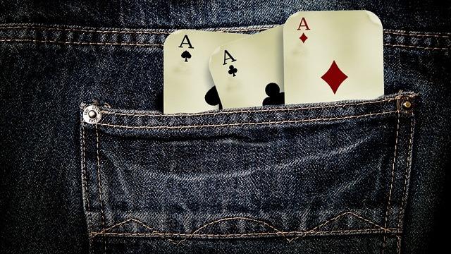 エースカードが3枚ポケットに入っている
