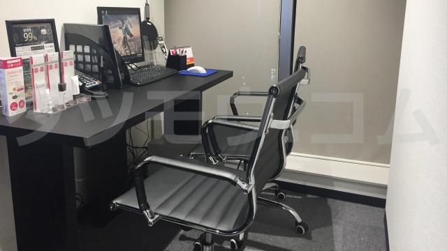 黒い椅子が二つと部屋