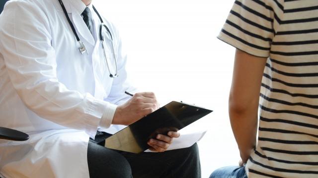 問診票を持つ医師