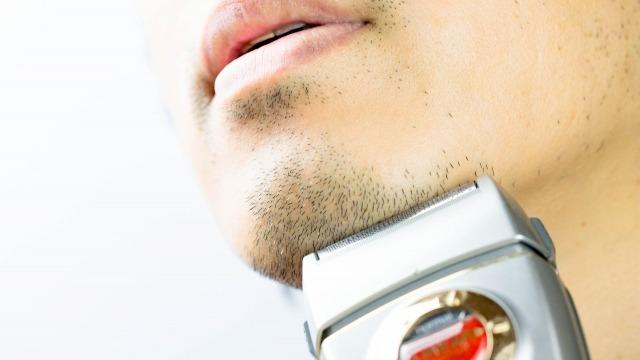 顎に電動シェーバー