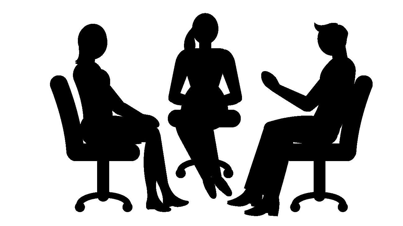 椅子に座っている3人組