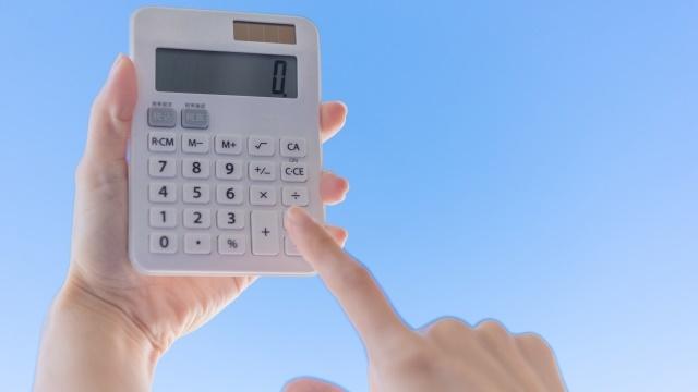 右手で電卓をうつ