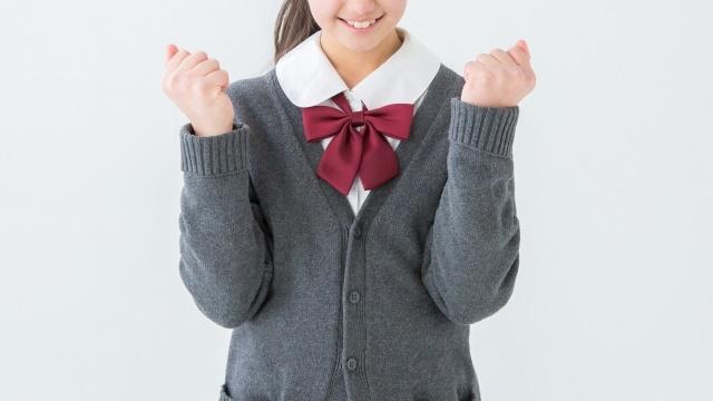 ガッツポーズをしている女子高生