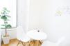 キレイモ(KIREIMO)町田店の椅子と机と植物