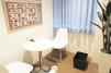 キレイモ(KIREIMO)なんば店の椅子と机