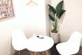 キレイモ(KIREIMO)立川北口駅前店の椅子と机