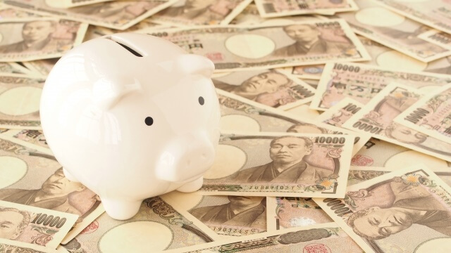 豚の貯金箱と大量の1万円札