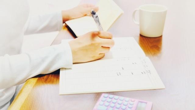 手帳と電卓とペン