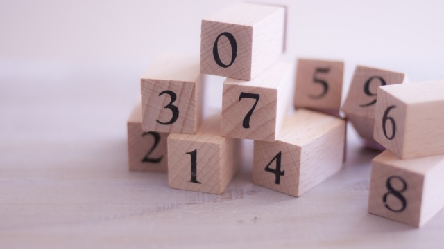 数字が書いてある四角い木