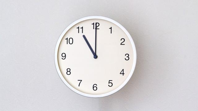 11時をさす時計