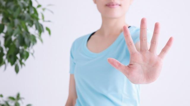 手のひらを見せる女性