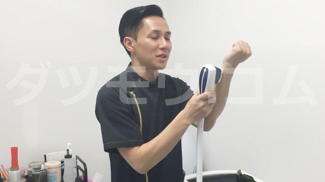 脱毛器を手に当てるゴリラクリニックの看護師