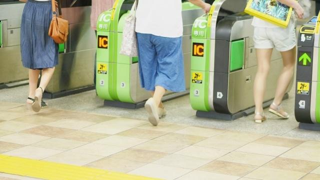改札口を通る女性