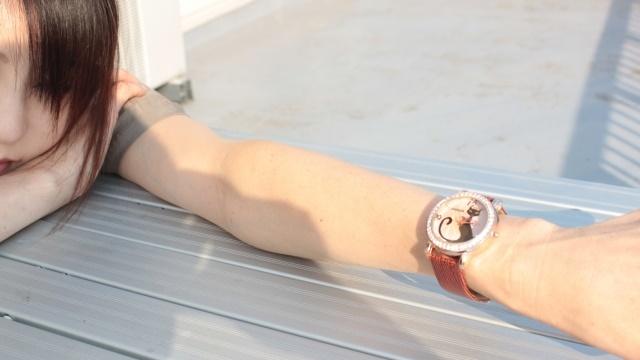 左手に猫の時計をつけている女性