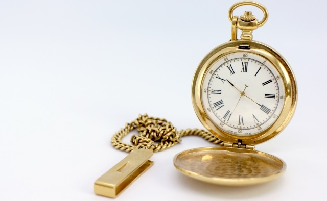 金色の丸い時計