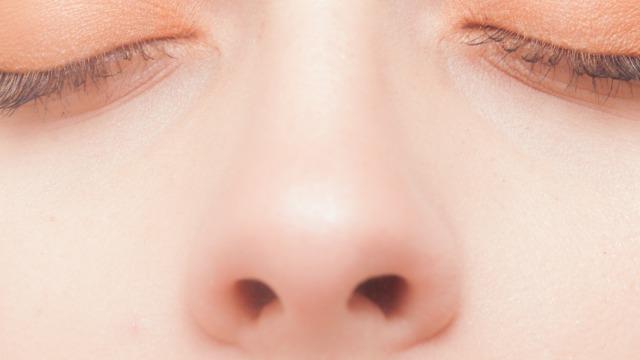 女性の鼻の拡大