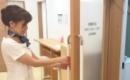 ストラッシュのドアを開ける女性