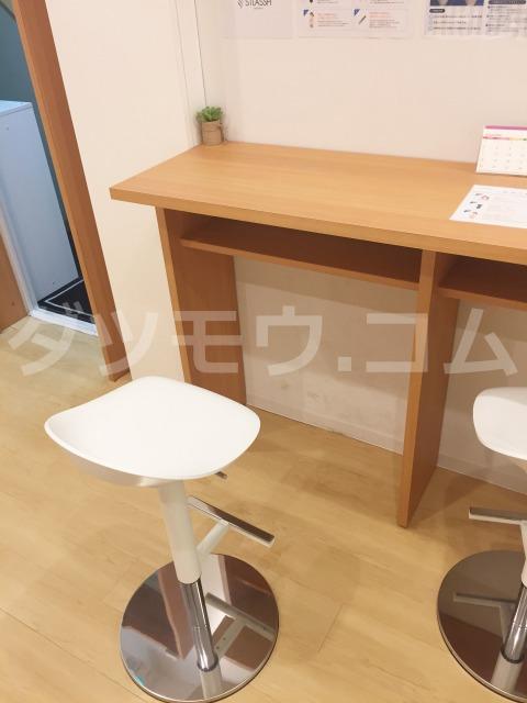 エントランスの椅子と机
