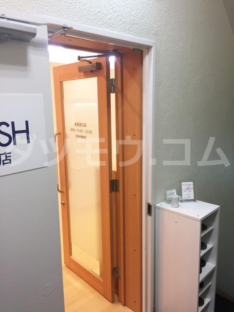 ストラッシュ新宿西口店の入口