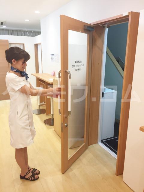 ストラッシュ新宿西口店のスタッフがドアを開ける